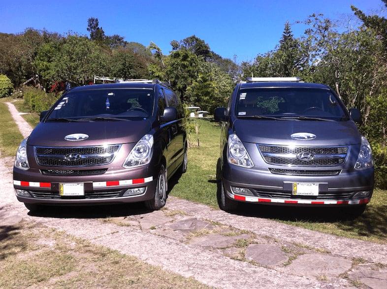 Dos de nuestras camionetas para dar servicio de transporte