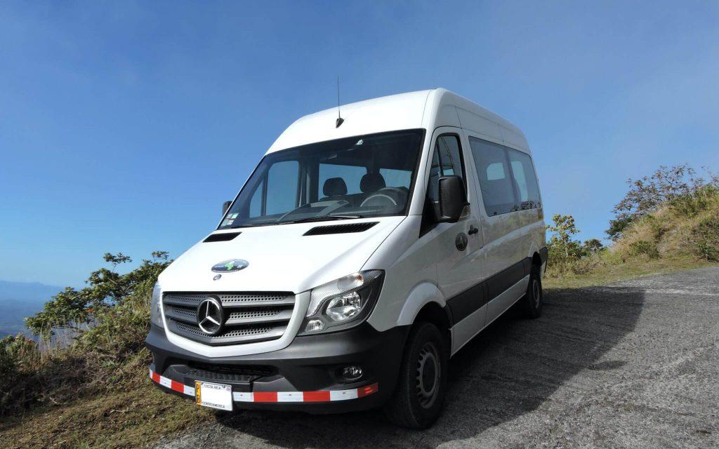 Vehículo Mercedes parte de nuestra flota.